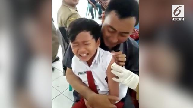 Rekaman video seorang bocah SD sangat ketakutan ketika hendak disuntik. Ia menyanyikan lagu Blackpink berjudul Dududu untuk mengalihkan perhatian.