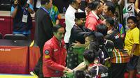 Presiden Joko Widodo bersama Ketua Umum Pengurus Besar Ikatan Pencak Silat Indonesia (IPSI) Prabowo Subianto menyalami atlet pencak silat peraih medali Asian Games 2018 di Jakarta Jakarta, Rabu (29/8). (Merdeka.com/Imam Buhori)
