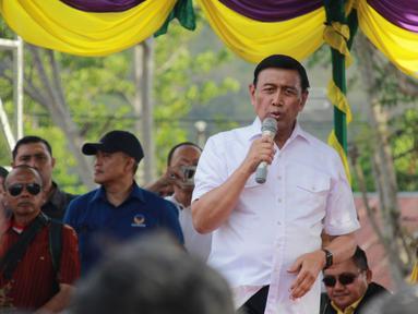 Politikus Partai Hanura Wiranto berorasi di depan massa pendukung capres dan cawapres nomor urut 01 Joko Widodo-Ma'ruf Amin di Lapangan Padebulo, Gorontalo, Selasa (2/4). Ini merupakan kampanye perdana pasangan nomor urut 01 di Gorontalo. (Liputan6.com/Arfandi Ibrahim)