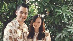 Bersandar di teras rumah, pasangan ini tampil menggunakan pakaian batik berwarna putih dengan corak emas, penampilan Asmirandah dan Jonas Rivanno sangat serasi. Penampilan mereka layaknya pasangan yang mau berangkat ke kondangan. (Liputan6.com/IG/@asmirandah89)