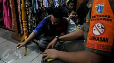 Pemprov DKI Jakarta melakukan razia rokok di salah satu mall di daerah Tanah Abang, Jakarta, Rabu (3/6/2015).  Atas kejadian ini Pemprov DKI Jakarta  memberikan peringatan pertama pada pengelola Mal. (Liputan6.com/Johan Tallo)