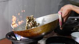 Foto pada 24 Agustus 2018 menunjukkan juru masak menyajikan hidangan olahan daging ular di sebuah restoran khusus provinsi Yen Bai, Vietnam. Masyarakat Vietnam dengan mudah dapat menemukan santapan daging ular ini di restoran. (AFP/Nhac NGUYEN)