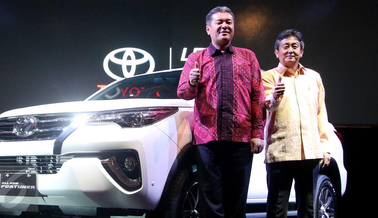 Presdir Toyota Astra Motor (TAM) Hiroyuki Fukui (kanan) saat peluncuran All New Fortuner di JCC, Jakarta, Jumat (22/1). Toyota Astra Motor (TAM) agen pemegang merek mobil Toyota di Indonesia resmi meluncurkan all new Fortuner. (Liputan6.com/Angga Yuniar)