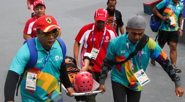 Tim medis mengevakuasi skateboarder Malaysia Christina Grace Lai yang cedera saat melakukan pemanasan jelang final taman putri Asian Games 2018 di arena roller sport Jakabaring, Palembang, Rabu (29/8). (ANTARA FOTO/INASGOC/M N Kanwa)