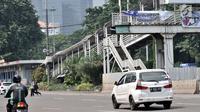 Arus lalu lintas di sekitar JPO Polda Metro Jaya, Jakarta, Selasa (8/5). Pemprov DKI segera merevitalisasi 12 JPO yang berada di Jalan Jenderal Sudirman-MH Thamrin. (Merdeka.com/Iqbal Nugroho)