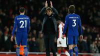 Pelatih Chelsea, Antonio Conte (tengah) usai pertandingan melawan Arsenal pada lanjutan Liga Inggris di Emirates Stadium, London (3/1). Sempat unggul 2-1 di menit 84, Chelsea akhirnya bermain imbang 2-2 atas Arsenal. (AFP Photo/Ian Kington)