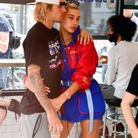 Sejak pertunangan cepat yang dilakukan pada Hailey Baldwin dan Justin Bieber, orang-orang langsung mempertanyakan kapan pernikahan keduanya. (James Devaney - Getty Images - Cosmopolitan)
