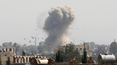 Kepulan asap membumbung ke angkasa usai Jet Tempur Saudi menjatuhkan bom di Sanaa, Yaman, Rabu (31/8). Serangan tersebut ditujukan untuk melemahkan kelompok Houthi. (REUTERS / Khaled Abdullah)
