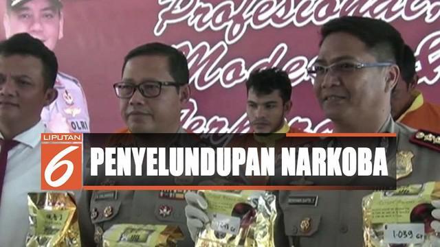 Untuk mengelabui petugas, keduanya berpura-pura sebagai teknisi kapal tengker yang sedang parkir di perairan perbatasan Malaysia dan Indonesia.