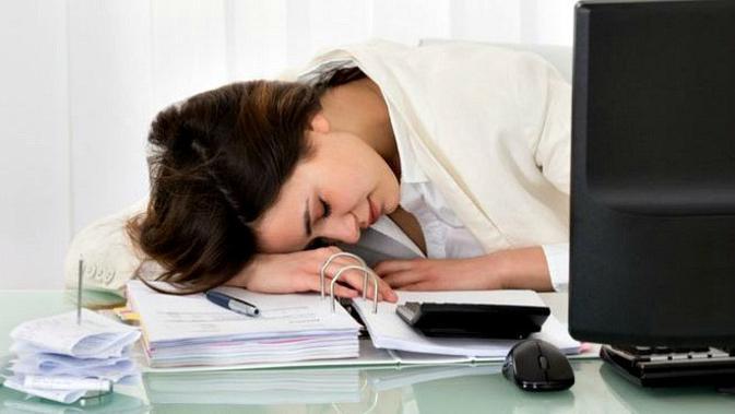 Tidur siang di tempat kerja bisa dilakukan dengan trik berikut ini. (Ilustrasi: BBC)