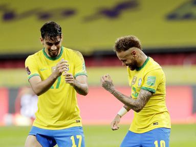 Striker Brasil, Neymar, bersama Lucas Paqueta, melakukan selebrasi usai mencetak gol ke gawang Ekuador pada laga Kualifikasi Piala Dunia 2022 Zona Amerika Selatan, Minggu (5/6/2021). Brasil menang dengan skor 2-1. (AP/Andre Penner)