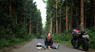 Aktris satu ini dikenal karena memiliki kemampuan dalam seni bela diri. Prisia Nasution juga bisa dibilang sebagai aktris yang tomboi. Ternyata Prisia juga memiliki hobi mengendarakan motor gede yang biasa didominasi oleh laki-laki. (Liputan6.com/IG/@prisia)