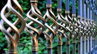 Tak cukup hanya sekali melapisi pagar besi dengan cat karena akan mudah terkelupas jika terkena hujan dan cuaca panas.