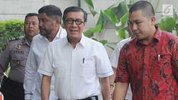 Menteri Hukum dan HAM Yasonna Hamonangan Laoly (kedua kanan) tiba untuk menjalani pemeriksaan di Gedung KPK, Jakarta, Selasa (25/7/2019). Yasonna diperiksa sebagai saksi untuk tersangka mantan anggota DPR RI, Markus Nari terkait kasus dugaan korupsi proyek pengadaan e-KTP.  (merdeka.com/Dwi Narwoko)