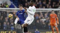 Aksi pemain Chelsea, Andreas Christensen (kiri) menghalau bola dari pemain Crystal Palace, Christian Benteke pada lanjutan Premier League di Stamford Bridge stadium, London, (10/3/2018). Chelsea menang 2-1.(AP/Matt Dunham)