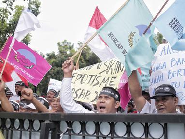 Massa dari Serikat Pegawai PD Pasar Jaya menggelar unjuk rasa di depan Balai Kota DKI Jakarta, Rabu (31/1). Mereka menuntut untuk menghentikan rekrutmen tenaga profesional yang melanggar peraturan Pasar Jaya SK 65 Tahun 2016. (Liputan6.com/Faizal Fanani)