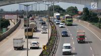 Sejumlah kendaraan melaju di ruas Tol Jakarta Outer Ring Road (JORR), Jakarta, Rabu (21/2). Dengan pengintegrasian ini nantinya pengendara cukup sekali melakukan pembayaran karena akan diberlakukan sistem satu tarif. (Liputan6.com/Angga Yuniar)