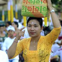 Sejumlah umat Hindu Bali bersiap untuk sembahyang Hari Raya Galungan di Pura Jagat Natha di Denpasar, Bali (1/11). Galungan dimaknai sebagai hari kemenangan Dharma (Kebaikan) melawan Adharma (Keburukan). (AFP Photo/Sonny Tumbelaka)