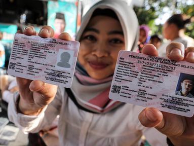 Petugas Disdukcapil menunjukkan dua Kartu Identitas Anak (KIA) untuk balita dan anak di atas lima tahun di Pondok Aren, Tangerang Selatan, Jumat (16/11). Pemkot menargetkan 2019 mendatang layanan penerbitan KIA sudah rampung. (Liputan6.com/Fery Pradolo)