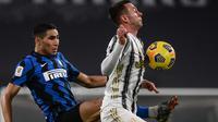 Bek Inter Milan, Achraf Hakimi (kiri) berebut bola dengan striker Juventus, Federico Bernardeschi dalam laga leg kedua semifinal Coppa Italia 2020/21 melawan Juventus di Juventus Stadium, Turin, Selasa (9/2/2021). Inter Milan bermain imbang 0-0 dan gagal lolos ke final. (AFP/Marco Bertorello)