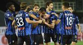 Pemain Atalanta merayakan gol yang dicetak Luis Muriel ke gawang Sampdoria pada laga lanjutan Serie A pekan ke-31 di Gewiss Stadium, Kamis (9/7/2020) dini hari WIB. Atalanta menang 2-0 atas Sampdoria.  (Gianluca Checchi/LaPresse via AP)
