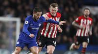 Winger Chelsea, Eden Hazard, diadang gelandang Southampton, James Ward-Prowse dalam laga lanjutan Premier League di Stamford Bridge, London, Kamis (3/1/2019) dini hari WIB. (AP Photo/Frank Augstein)