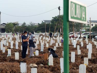 Aktivitas Ziarah di Tempat Pemakaman Umum Khusus COVID-19 Rorotan