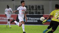 Jayus Hariono mencetak gol kedua sekaligus membuat Arema mengimbangi Persipura di Stadion Aji Imbut, Tenggarong, Minggu (2010/2019). (Bola.com/Iwan Setiawan)