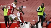 Winger Arsenal Nicolas Pepe (tengah) merayakan gol ke gawang Sheffield United pada lanjutan Liga Inggris di Emirates Stadium, Minggu (4/10/2020). (AFP/Kirsty Wigglesworth)