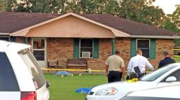 Petugas keamanan saat menyelidiki tempat terjadinya penusukan yang terjadi di Louisiana, AS, Rabu (26/8/2015). Tersangka ditangkap disebuah toko satu jam kejadian. (REUTERS/Leslie Westbrook)