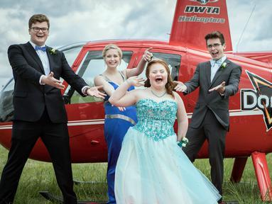 Dari kanan, Shaedon Wedel, Carlie Wittman, Taylor Stevenson dan Carson Wittman berpose sebelum menaiki helikopter dari snack Doritos untuk mengikuti promnite sekolah di Newton, Kansas (22/4). (Brett Deering/AP Images for Doritos)