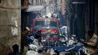 Kebakaran pabrik tas terjadi di India. (Source: AP/ Manish Swarup)