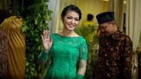 Presiden Jokowi bersama keluarga tiba di kediaman calon mempelai wanita, Selvi Ananda, di Jalan Kutai, Sumber, Solo, Jawa Tengah, Selasa (9/6/2015) malam. (Liputan6.com/Faizal Fanani)