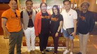 Para pemain Guru Ngaji bersama perwakilan Nefertiti Paris usai nonton bareng di Plaza Senayan, Jakarta, Senin (19/3/2018)