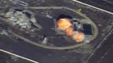 Sebuah gambar yang diambil dari rekaman video drone yang dirilis Kementerian Pertahanan Rusia pada 17 November 2016, memperlihatkan kepulan api saat rudal menghantam markas ISIS di lokasi yang tidak diketahui di Suriah. (Reuters)