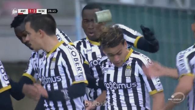 Pemain Sporting Charleroi Cristian Benavente mengalami nasib sial setelah ia mencetak gol lalu merayakannya di depan penggemar tuan rumah.