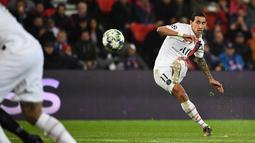 Gelandang Paris Saint-Germain, Angel Di Maria mengumpan bola saat bertanding melawan Club Brugge pada pertandingan Grup A Liga Champions di stadion Parc des Princes di Paris (6/11/2019). PSG menang 1-0 atas Club Brugge dan melaju ke babak 16 besar. (AFP Photo/Franck Fife)