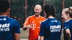 Pesepak bola muda mendapat arahan saat mengikuti Allianz Explorer Camp Football 2019 di Munchen, Jerman, Jumat (23/8). Allianz Indonesia mengirimkan dua pesepak bola muda berbakat ke Jerman. (Dokumentasi Allianz)