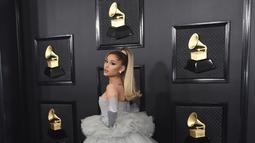 Ariana Grande berpose di karpet merah saat tiba menghadiri Grammy Awards ke-62 di Staples Center di Los Angeles (26/1/2020). Ariana Grande tampil cantik bak cinderella dengan gaun bernuansa abu-abu dari rumah mode Giambattista Valli. (AP Photo/Jordan Strauss)