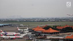 Pesawat maskapai Lion Air terparkir di areal Bandara Soekarno Hatta, Tangerang, Kamis (16/5/2019). Pemerintah akhirnya menurunkan tarif batas atas (TBA) tiket pesawat atau angkutan udara sebesar 12-16 persen yang berlaku mulai Kamis hari ini.(Www.sulawesita.com)