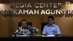 Juru Bicara Mahkamah Agung (MA) Andi Samsan Ngaro dan Kepala Biro Humas MA Abdullah (kanan) menggelar konferensi pers terkait putusan Baiq Nuril, di Jakarta, Senin (8/7/2019). MA mengatakan Baiq Nuril memiliki hak untuk mengajukan amnesti sesuai UUD 1945. (Liputan6.com/Johan Tallo)