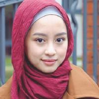 Outfit dengan nuansa coffee tone memberi kesan warm pada total look hijabers. (Sumber foto: gitasavitri/instagram)