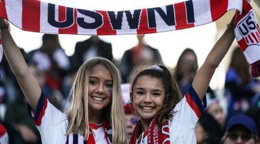 Dua fans wanita AS membentangkan syal sebelum pertandingan Grup F Piala Dunia Wanita 2019 antara Amerika Serikat melawan Thailand di Stadion Auguste-Delaune di Reims, Prancis (11/6/2019). (AFP Photo/Lionel Bonaventure)