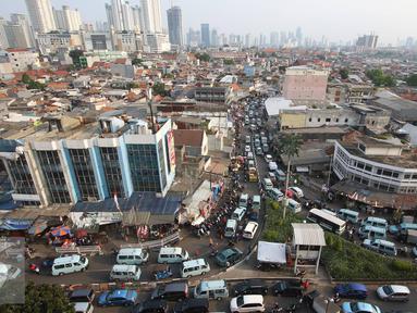 Suasana kemacetan di kawasan Tanah Abang, Jakarta, Jumat (16/9). Kurangnya pengawasan membuat kawasan tersebut kembali semrawut akibat banyaknya PKL serta angkutan umum yang mengetem sembarangan. (Liputan6.com/Immanuel Antonius)