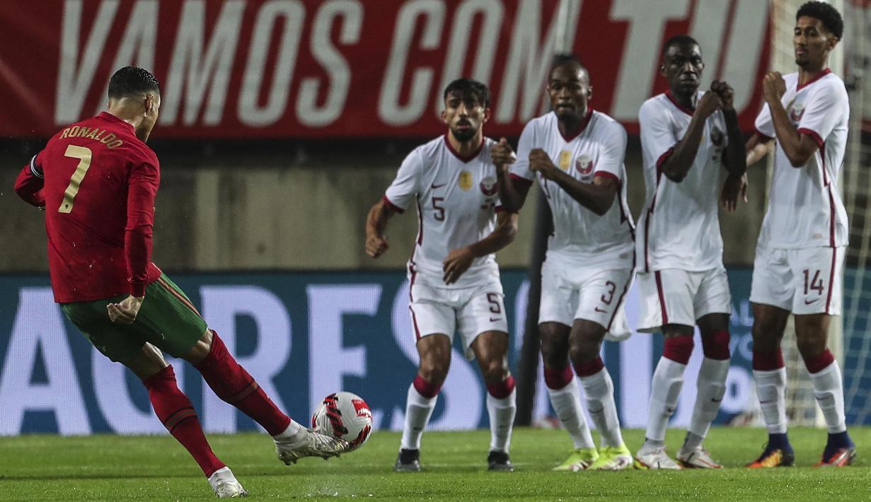 Timnas Portugal berhasil meraih kemenangan 3-0 atas Qatar pada laga uji coba di Estadio Algarve, Minggu (10/10/2021) dini hari WIB. Satu dari tiga gol Portugal disarangkan Cristiano Ronaldo. (AFP/Carlos Costa)