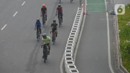 Warga bersepeda di jalan Sudirman, Jakarta, Selasa (1/6/2021). Ia juga mengatakan penerapan aturan ini harus dibahas dengan seluruh pihak yang terlibat dalam crime justice system (CJS).  (merdeka.com/Imam Buhori)