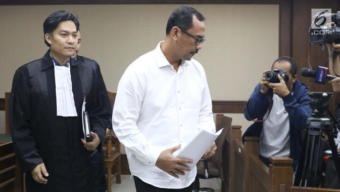 Kepala Kanwil Kemenag Jawa Timur, Haris Hasanuddin yang juga tersangka dugaan pemberian suap kepada anggota DPR Romahurmuziy (tengah) tertunduk usai menjalani sidang pembacaan dakwaan di Pengadilan Tipikor, Jakarta, Rabu (29/5). (/Helmi Fithriansyah)