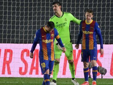 Kiper Real Madrid, Thibaut Courtois, berusaha menenangkan pemain Barcelona, Lionel Messi dan Frenkie De Jong, pada laga Liga Spanyol di Stadion Alfredo di Stefano, Minggu (11/4/2021). Real Madrid menang dengan skor 2-1. (AFP/Javier Soriano)