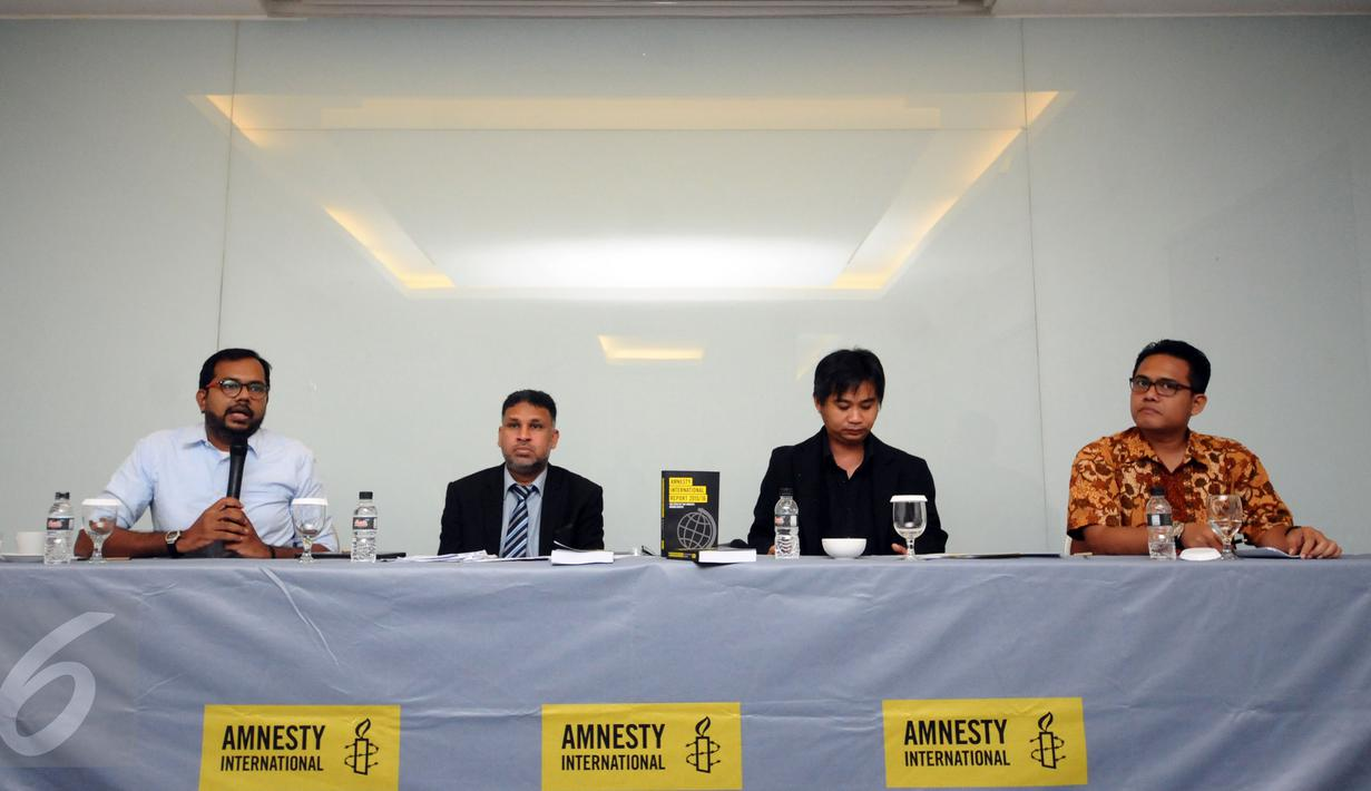 Koordinator KontraS, Haris Azhar (kiri) memberikan keterangan saat peluncuran Laporan HAM 2015 Amnesty International di Jakarta, Rabu (24/2/2016). Amnesty International meluncurkan buku Laporan HAM sepanjang 2015. (Liputan6.com/Helmi Fithriansyah)