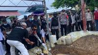 Barang bukti berupa miras Cap Tikus dan bahan kimia berbahaya yang dimusnahkan Polres Bolmong.